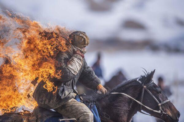 Uno stuntman durante una dimostrazione nell'ambito del campionato della regione di Naryn, Kirghizistan - Sputnik Italia