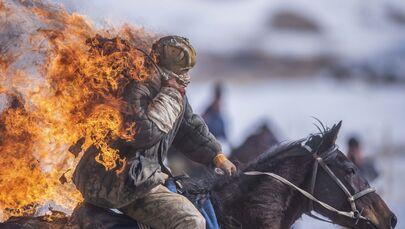 Uno stuntman durante una dimostrazione nell'ambito del campionato della regione di Naryn, Kirghizistan