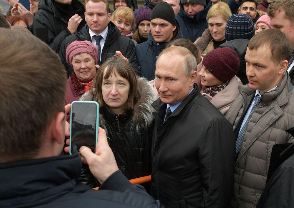 Il presidente russo Vladimir Putin con i cittadini di San Pietroburgo dopo la cerimonia di deposizione di fiori al monumento del primo sindaco di San Pietroburgo A. Sobchak, il 19 febbraio 2020