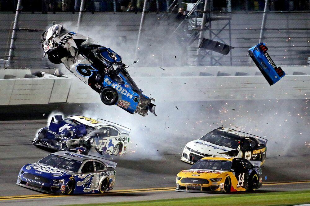 Il pilota della NASCAR Ryan Newman si schianta durante il Daytona International Speedway