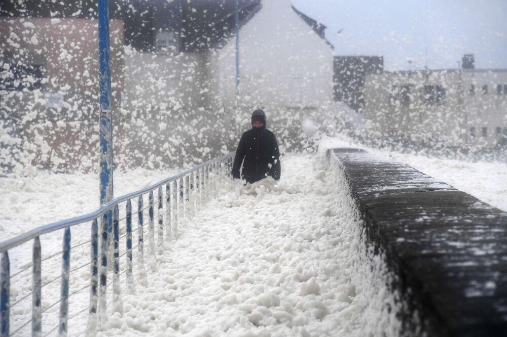 Una persona durante la tempesta a Saint-Guenole, nella Francia occidentale, il 16 febbraio 2020