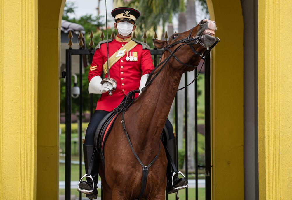 Una Guardia reale indossa una mascherina protettiva all'Istana Negara, Palazzo Nazionale, per la diffusione del coronavirus COVID-19, Kuala Lumpur, il 19 febbraio 2020