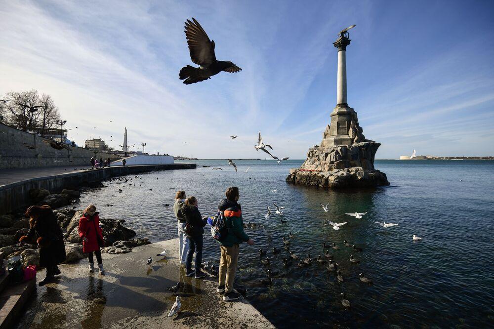Sul lungomare di Sebastopoli al monumento alle navi sommerse