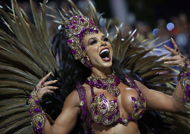 Scuola di samba Barroca Zona Sul si esibisce durante la prima notte del Carnevale al Sambadrome di San Paolo, Brasile, il 21 febbraio 2020