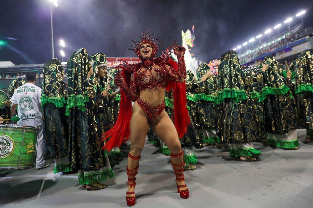 La regina del tamburo Viviane Araujo della scuola di samba Mancha Verde si esibisce durante la prima notte del Carnevale al Sambadrome di San Paolo, Brasile, il 22 febbraio 2020