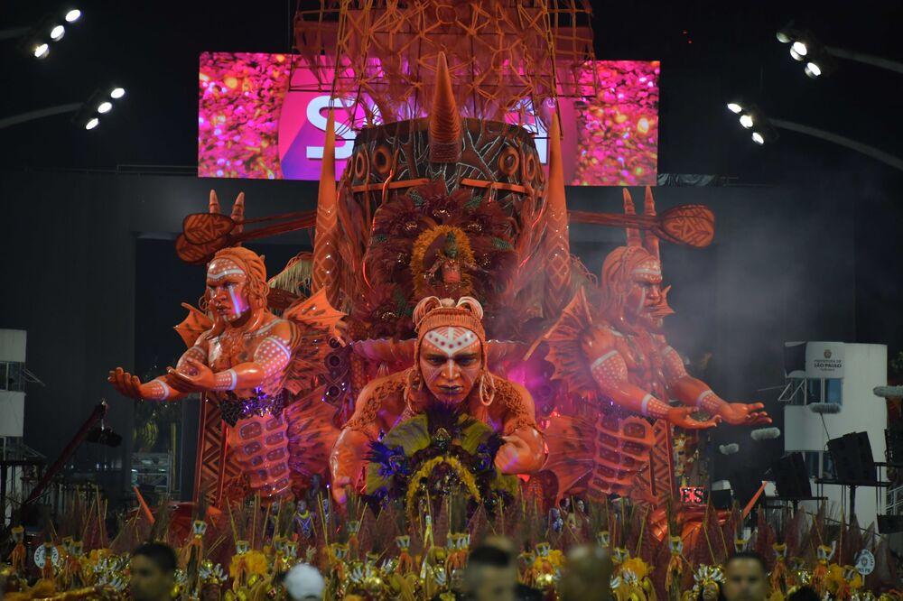 Scuola di samba Tom Maior si esibisce durante la prima notte del Carnevale a San Paolo in Brasile, il 22 febbraio 2020