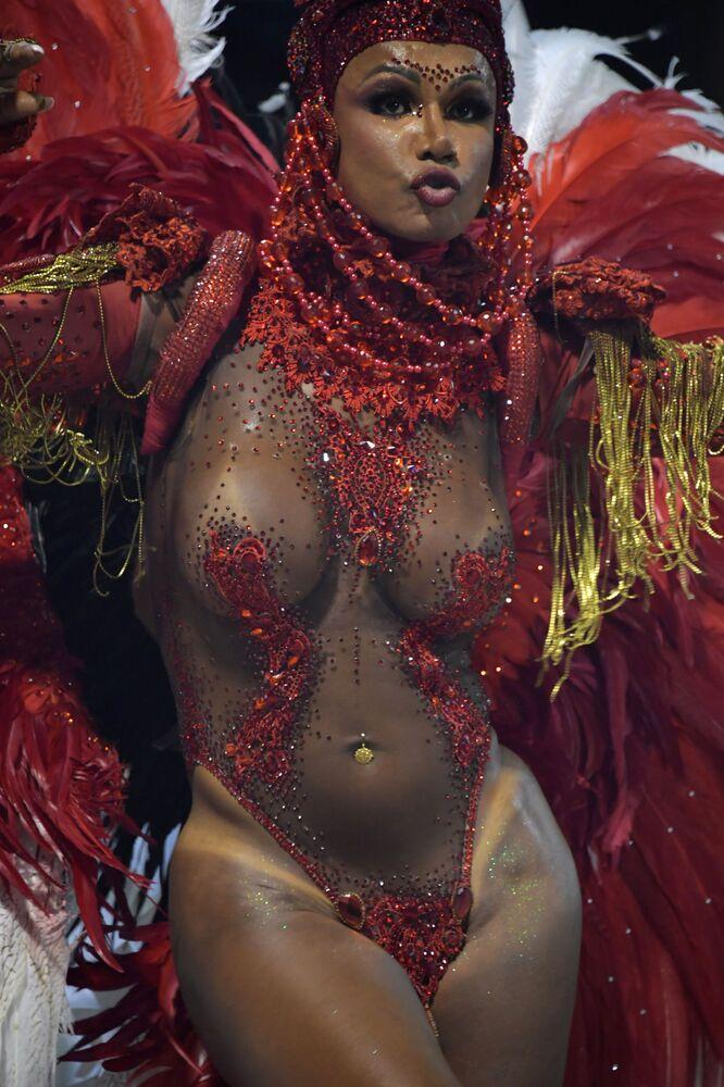 Una partecipante dalla scuola di samba Tom Maior si esibisce durante la prima notte del Carnevale al Sambadrome di San Paolo, Brasile, il 22 febbraio 2020