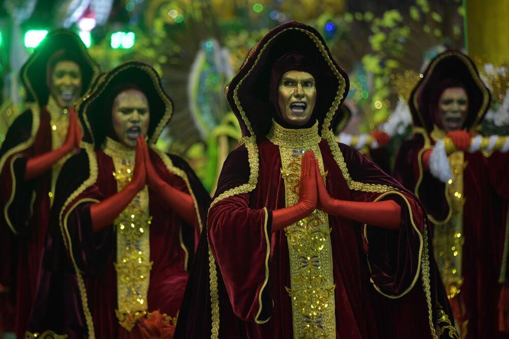 Scuola di samba Mancha Verde si esibisce durante la prima notte del Carnevale al Sambadrome di San Paolo, Brasile, il 22 febbraio 2020