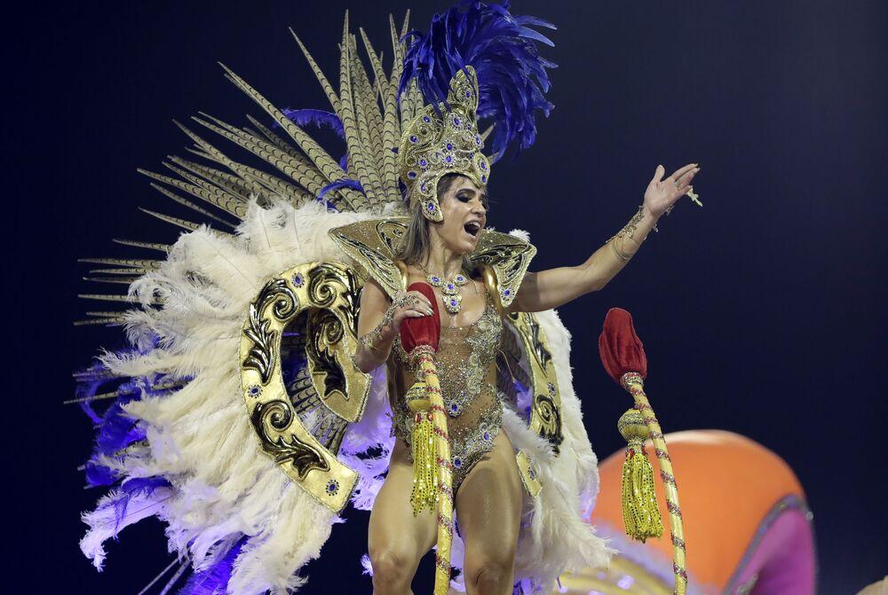 Una partecipante dalla scuola di samba Tom Maior si esibisce durante la prima notte del Carnevale a San Paolo, Brasile, il 22 febbraio 2020