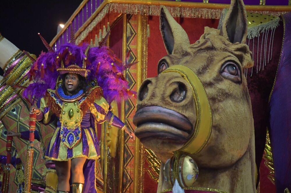 Scuola di samba Barroca Zona Sul si esibisce durante la prima notte del Carnevale a San Paolo, Brasile, il 22 febbraio 2020