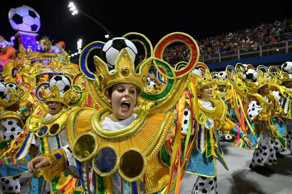 Scuola di samba Tom Maior si esibisce durante la prima notte del Carnevale a San Paolo, Brasile, il 22 febbraio 2020