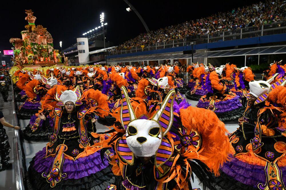 Scuola di samba Dragoes da Real si esibisce durante la prima notte del Carnevale a San Paolo, Brasile, il 22 febbraio 2020