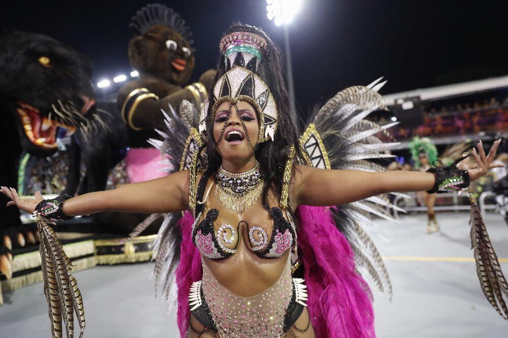 Scuola di samba Barroca Zona Sul si esibisce durante la prima notte del Carnevale a San Paolo, Brasile, il 21 febbraio 2020