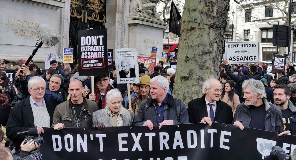 Craig Murray, Vanis Varoufakis, Vivienne Westwood, Kristinn Hrafnsson, John Shipton e Roger Waters hold durante la manifestazione in sostegno di Julian Assange