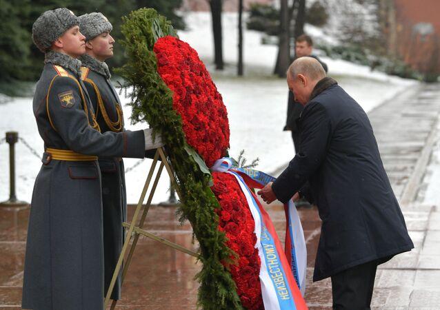 Putin ha deposto una corona di fiori alla Tomba del Milite Ignoto