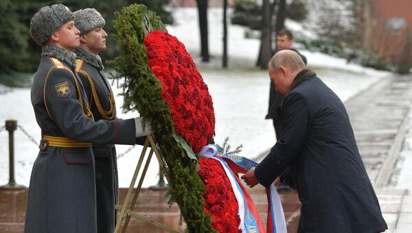 Putin ha deposto una corona di fiori alla Tomba del Milite Ignoto - Sputnik Italia