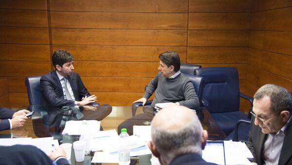 Il Presidente del Consiglio, Giuseppe Conte, e il Ministro della Salute, Roberto Speranza, al Dipartimento della Protezione Civile. - Sputnik Italia