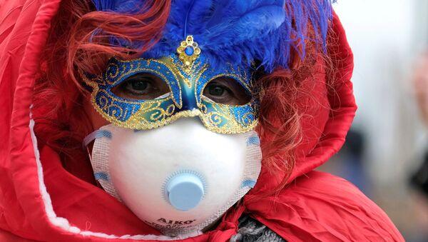 Un partecipante al carnevale di Venezia in mascherina - Sputnik Italia