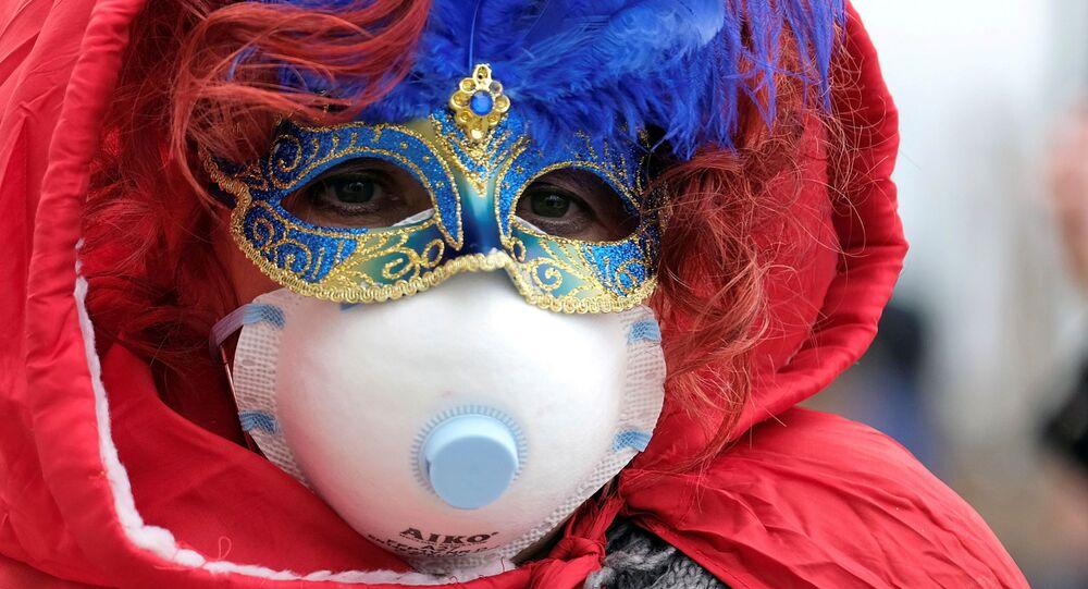 Un partecipante al carnevale di Venezia in mascherina
