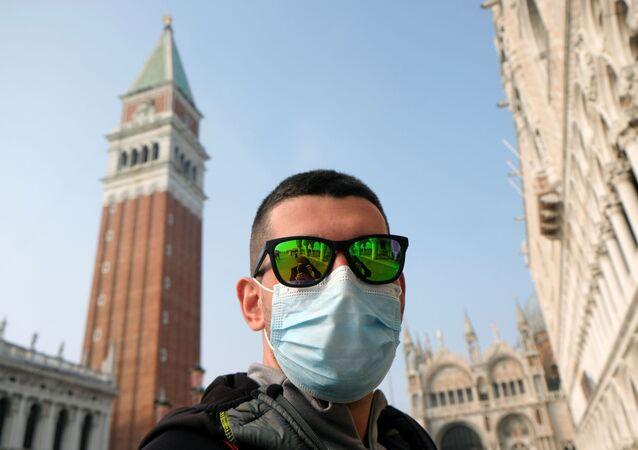 Un turista in mascherina a Venezia