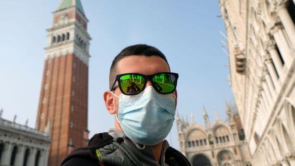 Un turista in mascherina a Venezia - Sputnik Italia