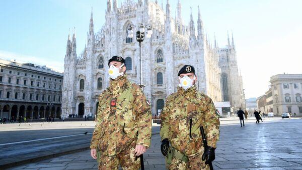 Carabinieri in mascherine a Milano - Sputnik Italia