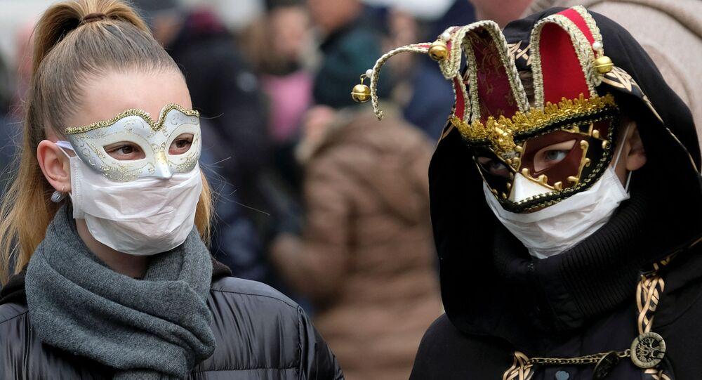 I partecipanti al carnevale di Venezia in maschere e mascherine