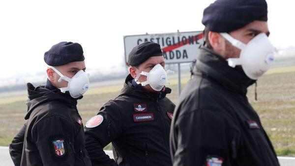 Carabinieri in mascherine nei pressi di Castiglione D'Adda, chiusa dal governo per coronavirus - Sputnik Italia