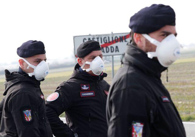 Carabinieri in mascherine nei pressi di Castiglione D'Adda, chiusa dal governo per coronavirus