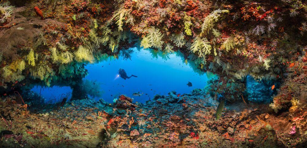 Lo scatto Fotteyo overhangs dal fotografo russo Oleg Gaponyuk. La foto è stata scattata nei pressi delle Maldive.