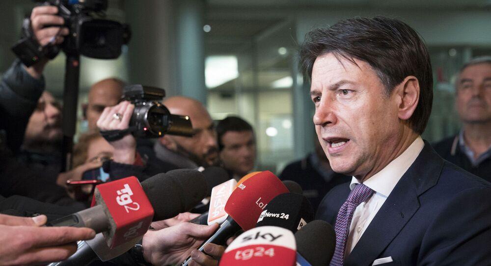 Il Presidente del Consiglio, Giuseppe Conte, all'esterno della sede operativa della Protezione civile, risponde alle domande dei cronisti.