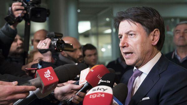 Il Presidente del Consiglio, Giuseppe Conte, all'esterno della sede operativa della Protezione civile, risponde alle domande dei cronisti. - Sputnik Italia