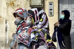 Gli abitanti di Teheran in mascherine