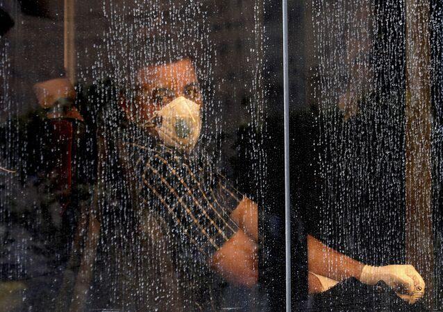 Un abitante di Teheran in mascherina