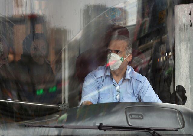 Un conduttore del bus in mascherina a Teheran