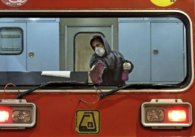 La disinfezione di un treno a Teheran