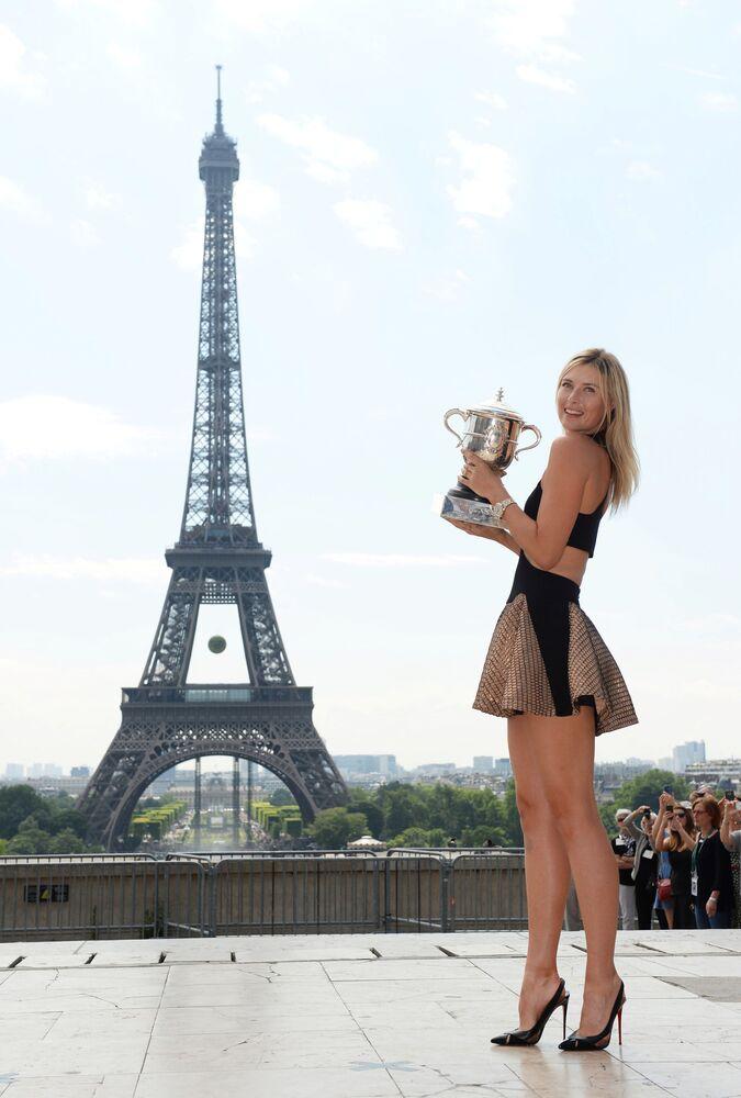 Maria Sharapova con la coppa del Roland Garros a Parigi, 2014