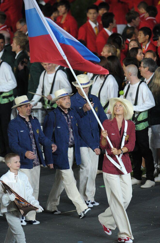 La portabandiera della nazionale russa, la tennista Maria Sharapova, alla cerimonia dell'apertura delle Olimpiadi a Londra.