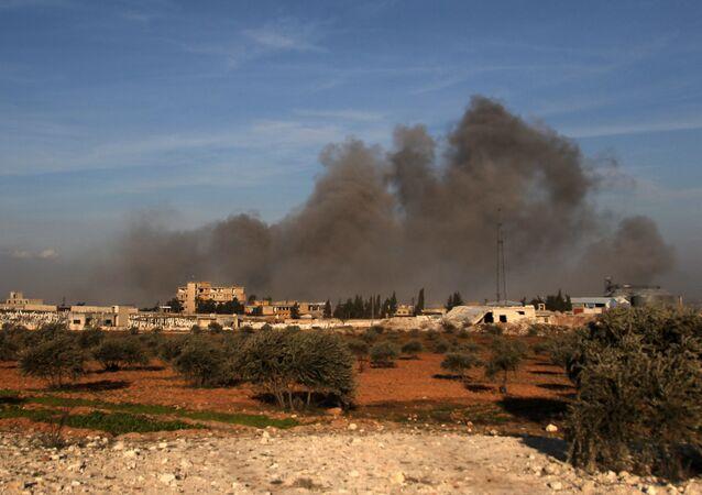Fumo dopo un attacco aereo in Idlib (foto d'archivio)