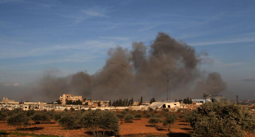 Fumo dopo un attacco aereo in Idlib