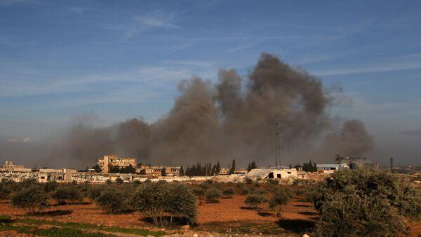 Fumo dopo un attacco aereo in Idlib - Sputnik Italia