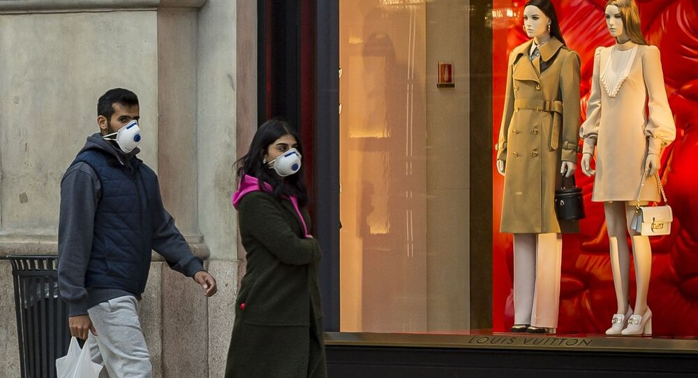 Passanti in mascherina a Milano