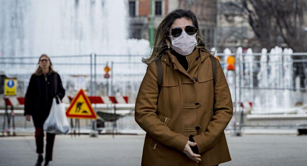 Una donna in mascherina a Milano
