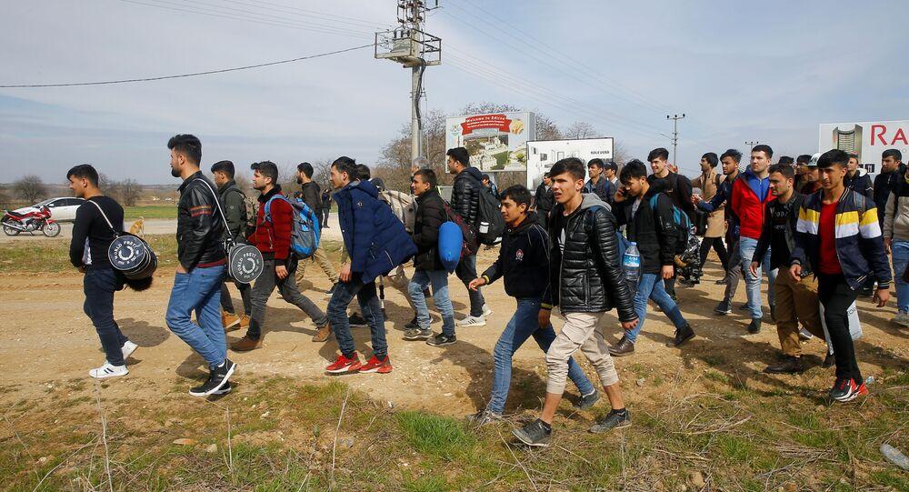 Profughi in marcia verso confine greco