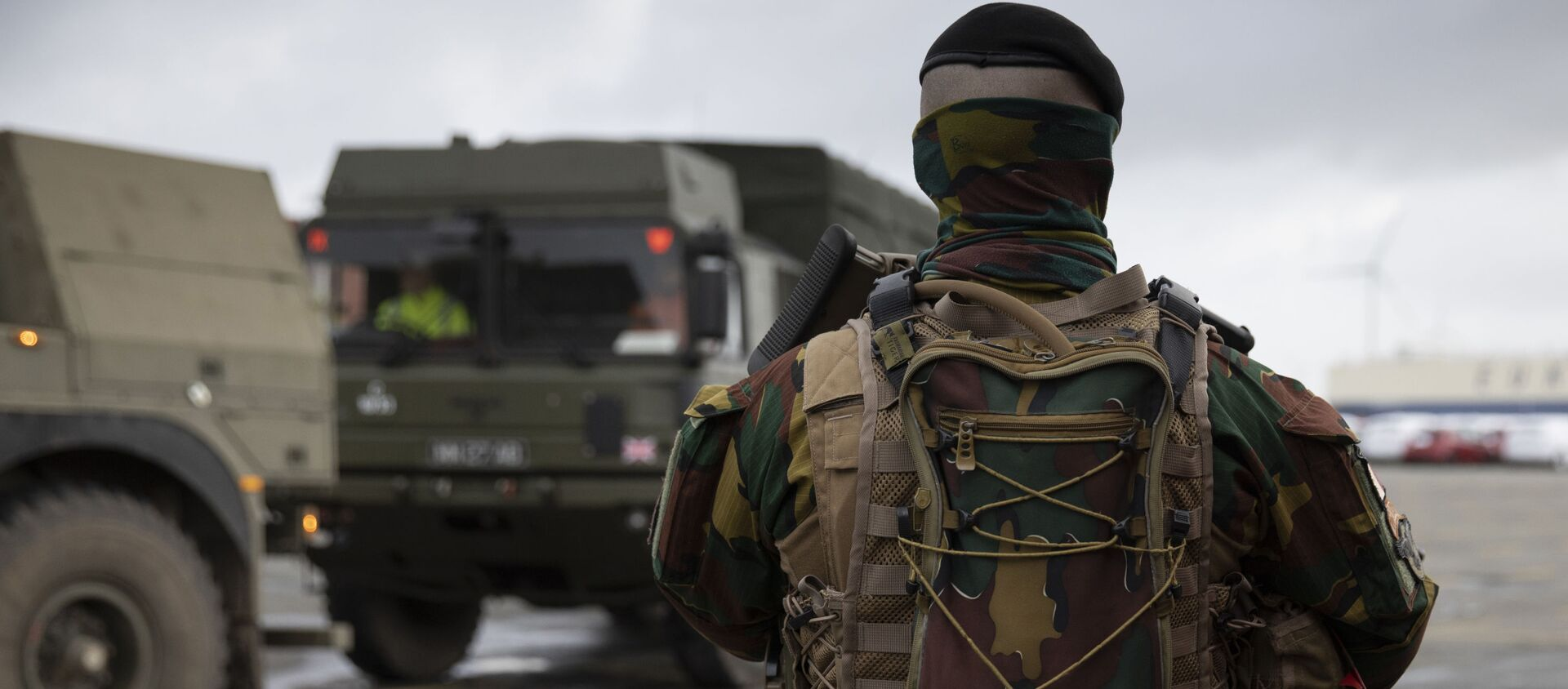 A Belgian solider patrols in a temporary military zone as vehicles arrive from a British naval vessel, taking part in U.S.-led war games, at the Port of Antwerp in Antwerp, Belgium, Monday Feb. 3, 2020. The Defender-Europe 2020 exercises will involve approximately 20,000 American troops; the biggest deployment of U.S.-based soldiers to Europe in 25 years. - Sputnik Italia, 1920, 17.03.2021