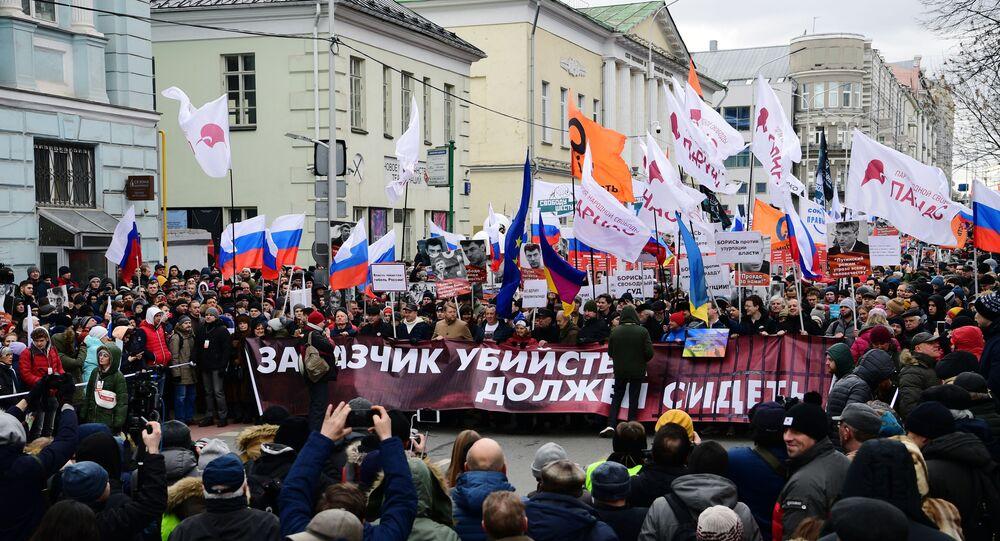 I partecipanti al corteo in memoria del politico russo Boris Nemtsov a Mosca