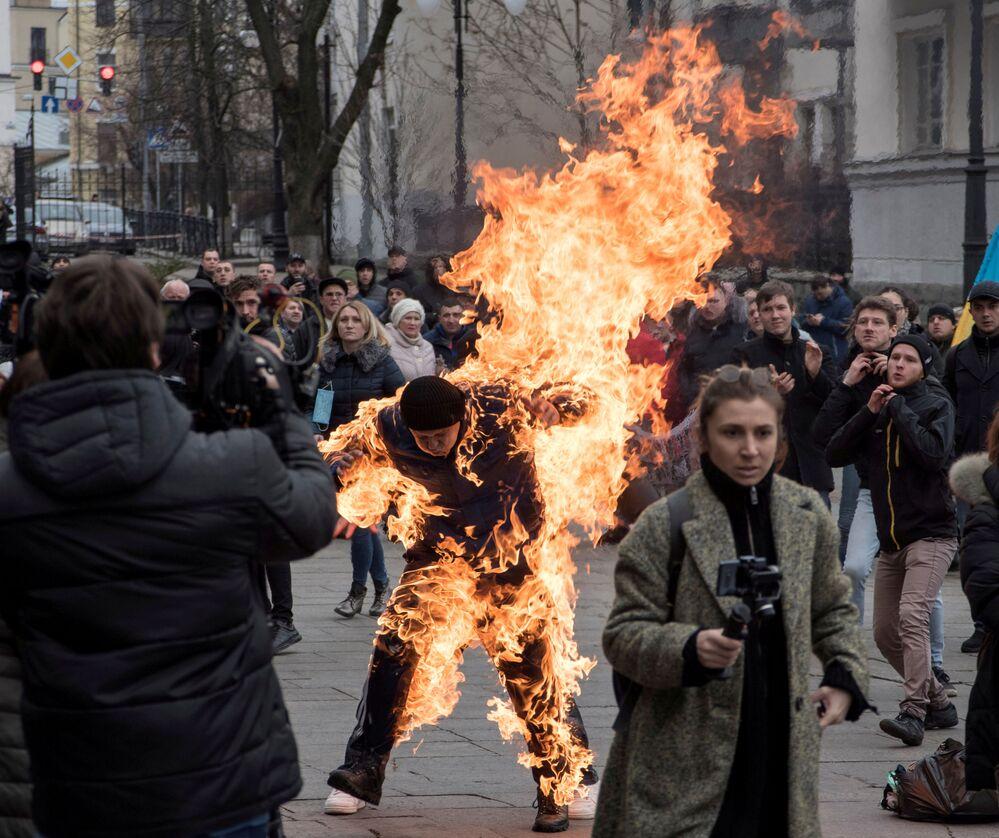 Un uomo si dà fuoco durante le manifestazioni di protesta davanti all'ufficio presidenziale di Kiev, Ucraina