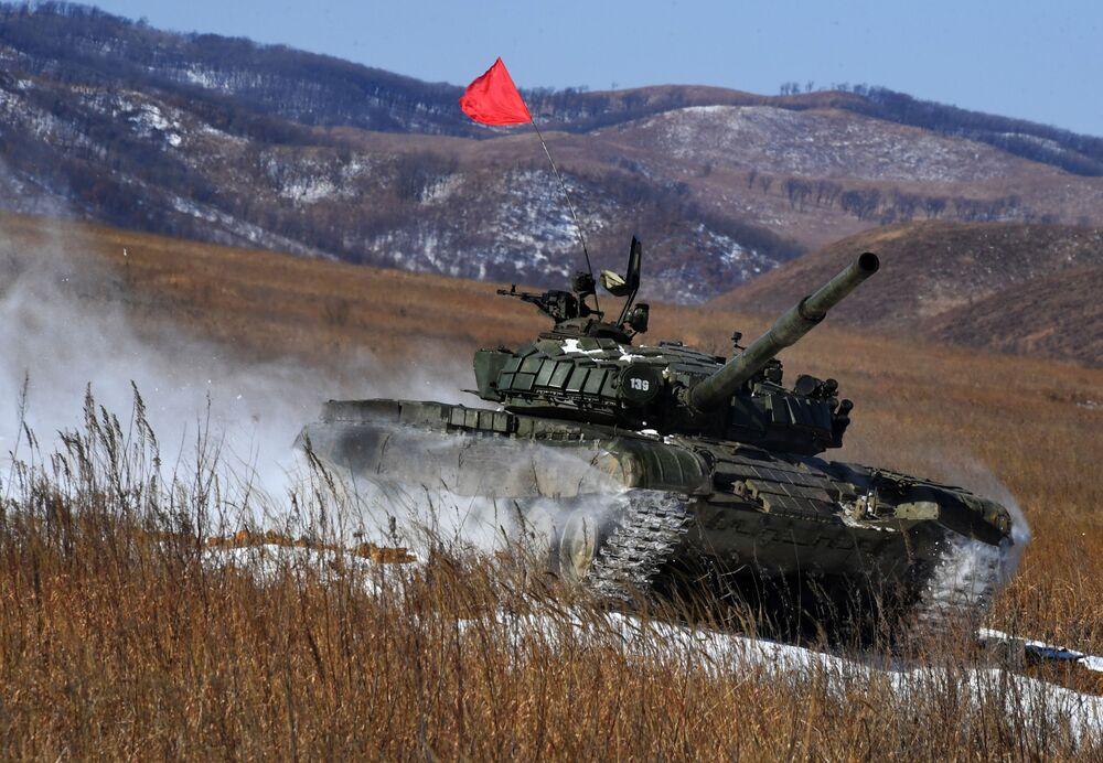 Un T-72 durante il biathlon di carri armati al concorso Army-2020, Russia
