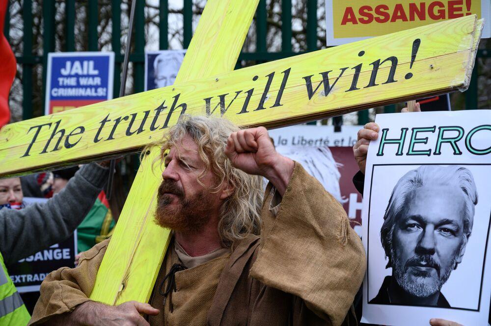 I manifestanti durante le proteste contro l'estradizione del fondatore di Wikileaks Julian Assange davanti al Woolwich Crown Court, a Londra, Gran Bretagna