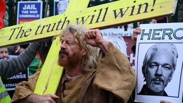 Участник акции в поддержку Джулиана Ассанжа в Лондоне - Sputnik Italia